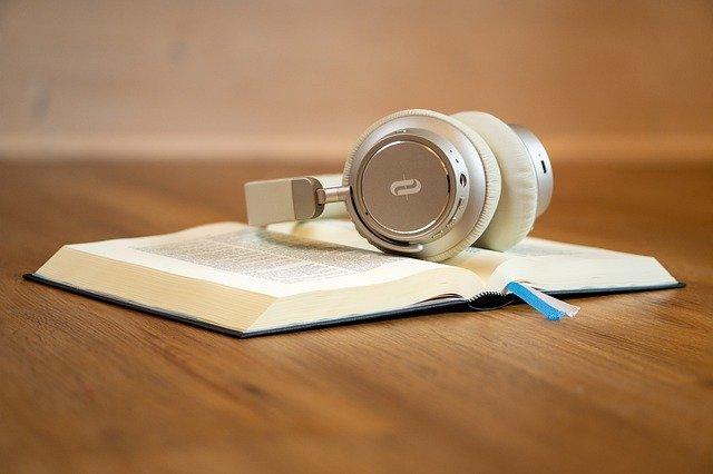 本とヘッドフォン